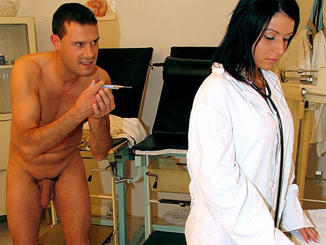 rijpe vrouw Bij gebrek aan patienten helpen de zusters elkaar