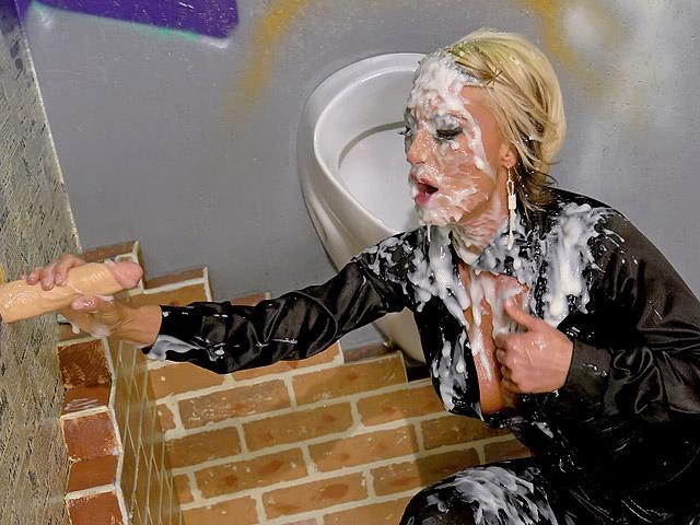 park Kinky blondine neemt een snikkel deepthroat